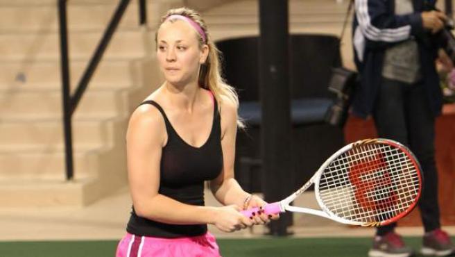 Kaley Cuoco, en un partido de exhibición de tenis, deporte que ha practicado desde muy pequeña.