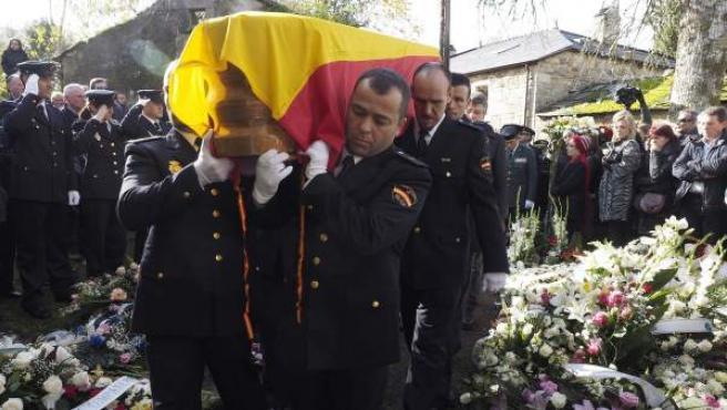 Compañeros de la agente de la Policía Nacional Vanessa María Lage, que falleció tras el tiroteo durante el atraco a un banco de Vigo, la despiden en el funeral que ha tenido lugar en la iglesia parroquial de San Breixo de Parga, de Guitiriz (Lugo).