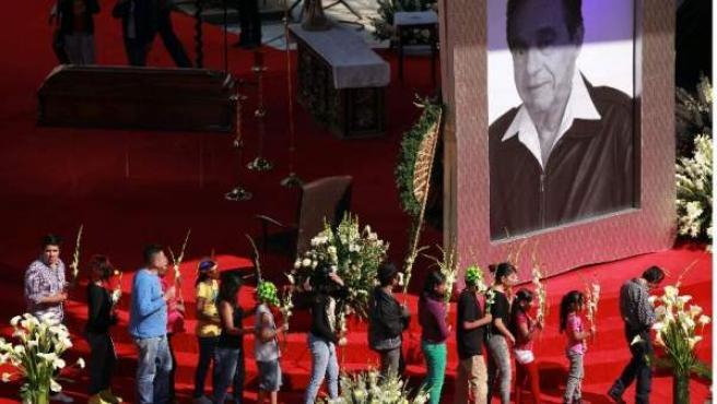 Imagen del homenaje a Roberto Gómez Bolaños 'Chespirito' en el Estadio Azteca.