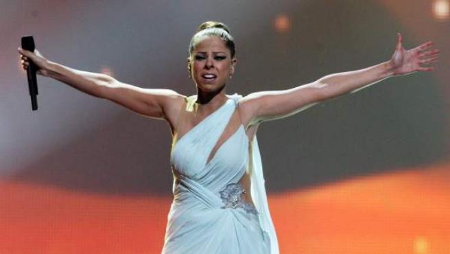 Pastora Soler, en el momento que interpretó la canción 'Quédate Conmigo' en la gala final de Eurovisión 2012, celebrada en Bakú (Azerbaiyán).
