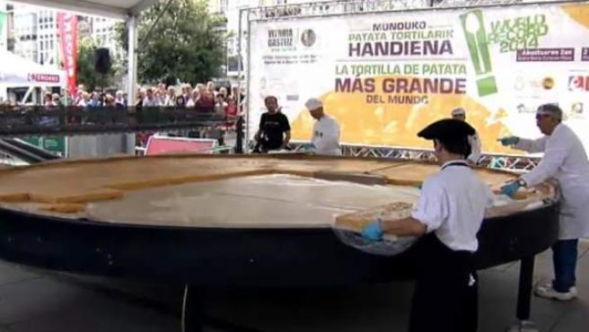 La tortilla de patata más grande del mundo se ha elaborado en Vitoria.