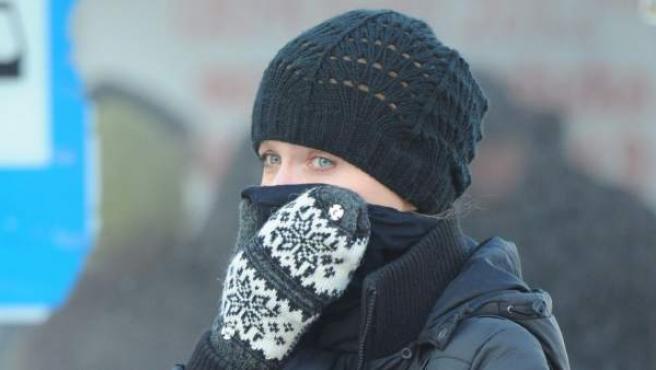 Una mujer se cubre el rostro para combatir el frío en Varsovia (Polonia).