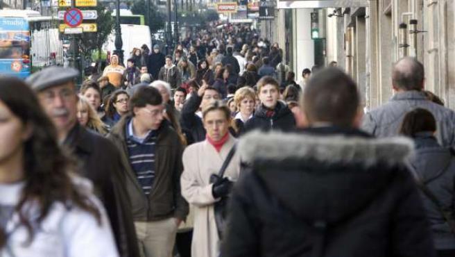 Varios ciudadanos pasean por la calle.