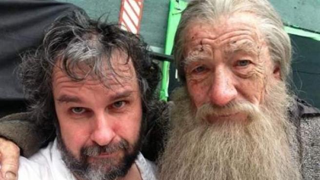 El director de la trilogía, Peter Jackson (i), junto al actor Ian McKellen, que encarna a Gandalf.