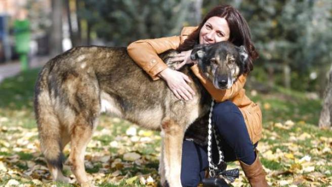 'Chacho', junto a su nueva dueña, Antonia.