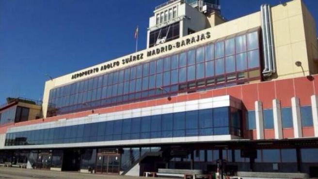 El aeropuerto de Madrid ya luce su nuevo nombre en homenaje al expresidente Adolfo Suárez.