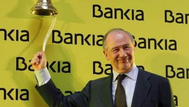 Rodrigo Rato toca la campana que dio la salida a Bolsa de Bankia el 20 de julio de 2011, imagen que se ha quedado como símbolo de la crisis.