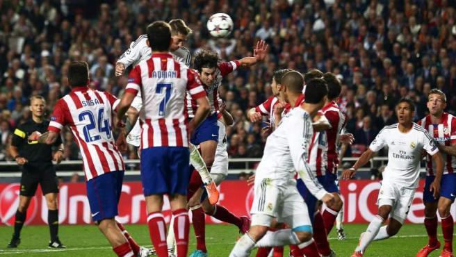 Sergio Ramos remata de cabeza el balón que le daría al Real Madrid el 1-1 justo antes de terminar el segundo tiempo de la final de la Champions League.