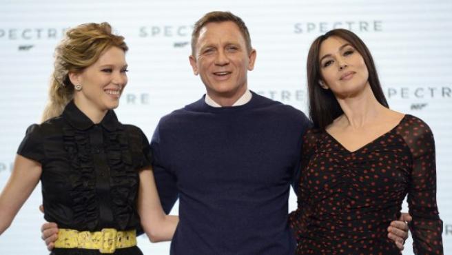 La italiana Monica Bellucci (dcha), la francesa Lea Seydoux (izq) y el británico Daniel Craig en la presentación de 'Spectre', la próxima película de James Bond.