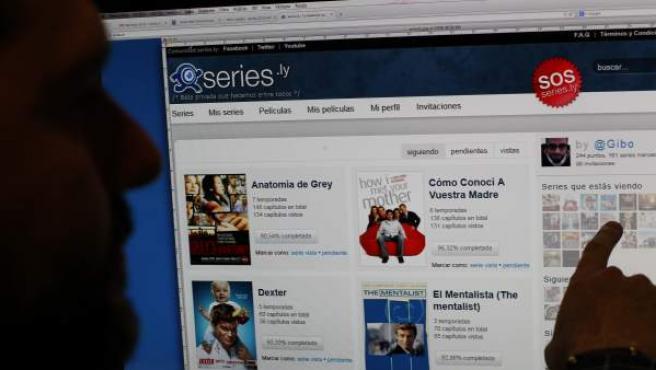 Un hombre señala el menú de la página web series.ly.