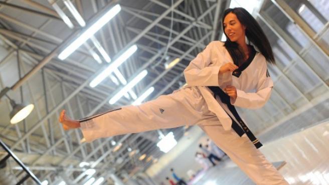 La 'taekwondista' madrileña Eva Calvo simula una patada en las instalaciones de su lugar habitual de entrenamientos, el Pabellón Europa de Leganés.