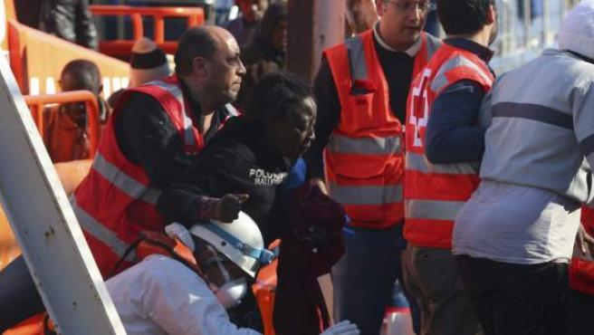 Varios de los inmigrantes rescatados de la patera localizada este 5 de diciembre en aguas del mar de Alborán.