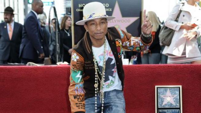 El cantante Pharrel Williams, durante la ceremonia en Los ángeles en la que se inauguró su estrella en el Paseo de la Fama de Hollywood.
