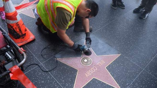 Un operario limpia la estrella de Bill Cosby en el Paseo de la Fama de Hollywood.