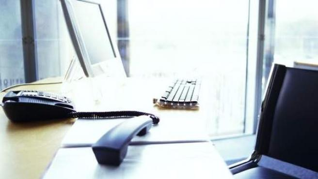 Imagen de archivo de un teléfono descolgado en una oficina.