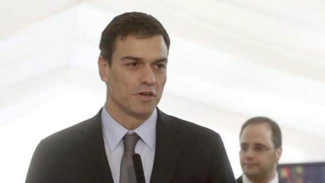El secretario general del PSOE, Pedro Sánchez, en declaraciones a los medios antes de la recepción del 6 de Diciembre en el Congreso.