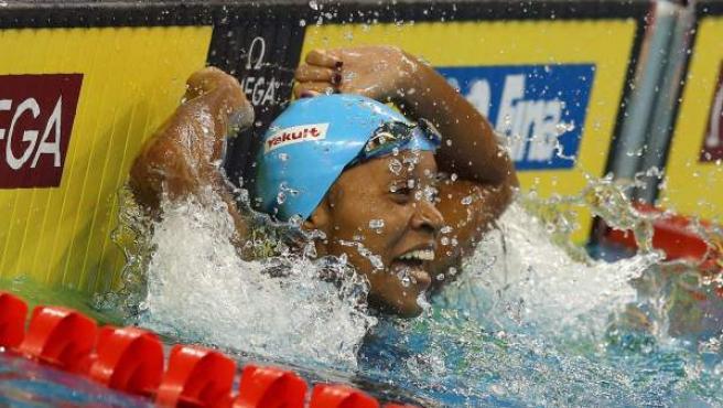 La nadadora jamaicana Alia Atkinson celebra su victoria en la prueba de 100 metros braza del Mundial de piscina corta de Doha 2014.