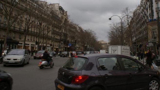 Viviendas y tráfico en una calle de París.