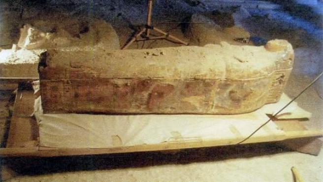 Fotografía facilitada por el Ministerio egipcio de Antigüedades del sarcófago y la momia de una cantora del dios Amón, de hace unos 3.000 años.