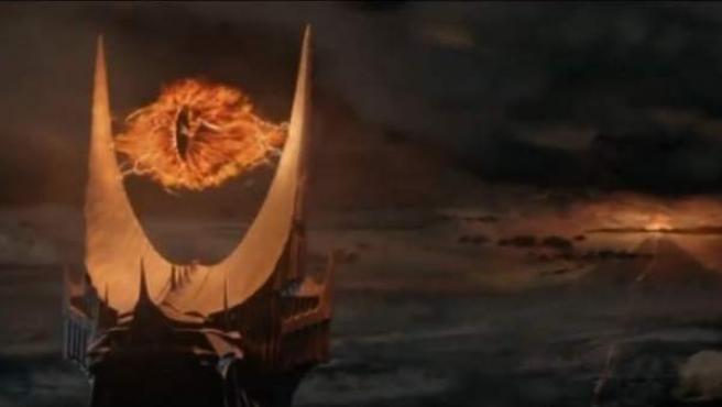 Fotograma de la película de 'El Señor de los Anillos' donde aparece el ojo de Sauron, en lo alto de la torre de Barad-Dûr, con el Monte del Destino al fondo.