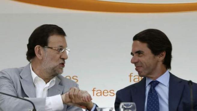 Rajoy y Aznar se saludan durante un acto de Faes.