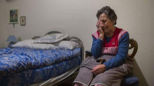 Carmen Martínez llora desconsolada momentos antes de ser desahuciada de su casa de Vallecas (Madrid).