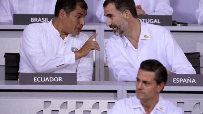 El rey Felipe VI de España (arriba derecha); el presidente de Ecuador, Rafael Correa (izquierda) y el mandatario de México, Enrique Peña Nieto (abajo derecha), participan en la Vigésima Cumbre Iberoamericana de Jefes de Estado y de Gobierno en la ciudad mexicana de Veracruz.