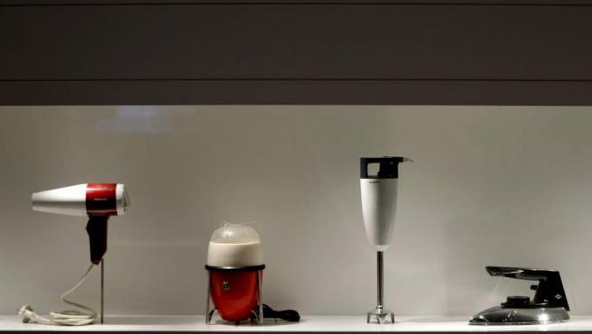 Pequeños electrodomésticos del mediados del siglo XX expuestos en el nuevo Museo del Diseño de Barcelona.
