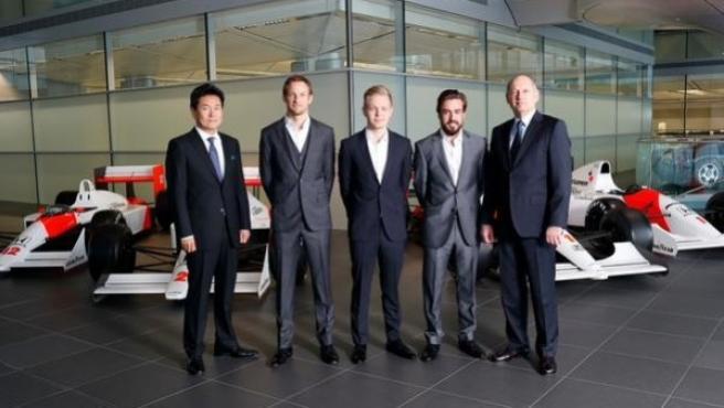 Alonso y Button posan con el equipo McLaren.