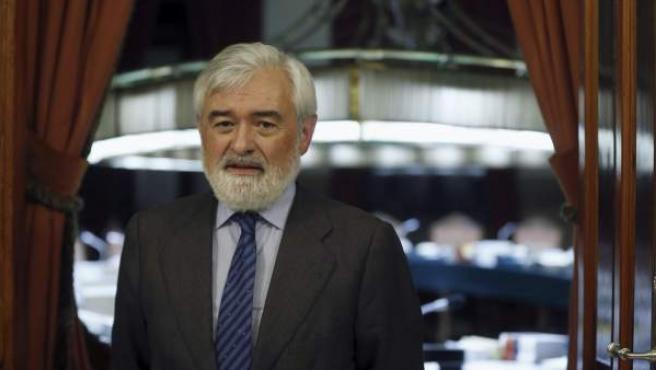Darío Villanueva posa para los medios de comunicación tras haber sido elegido nuevo director de la Real Academia Española (RAE).