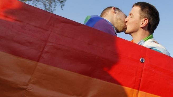 Dos homosexuales se besan en una imagen de archivo.