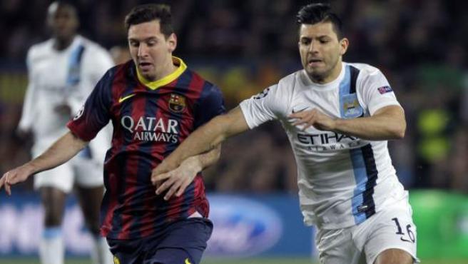 Messi y Agüero disputan un balón en el Barça - City.