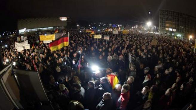 """Miles de personas, en una manifestación convocada por el movimiento """"Patriotas Europeos contra la Islamización de Occidente"""" (""""Pegida"""") en Dresde, Alemania."""