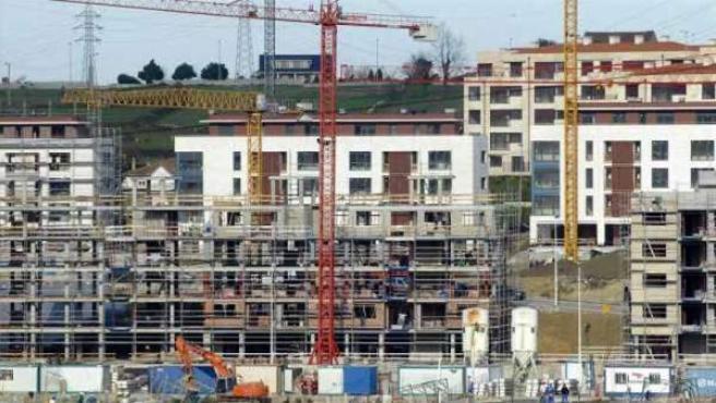 Viviendas en construcción sobre nuevo suelo urbano.