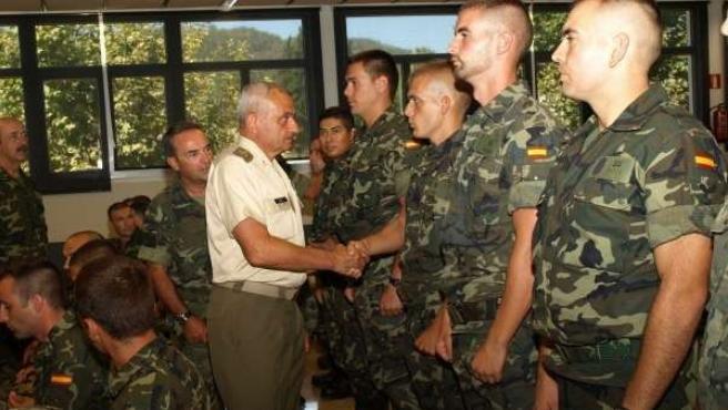 El Jefe del Estado Mayor del Ejército saluda a militares de Baleares.
