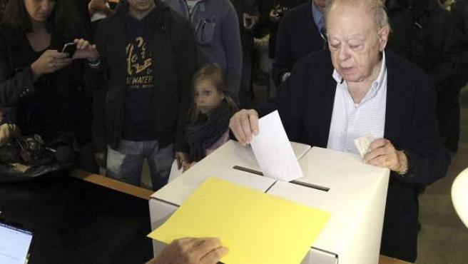 El expresidente de la Generalitat Jordi Pujol en el instituto Montserrat de Barcelona, donde depositó su papeleta en la jornada participativa.