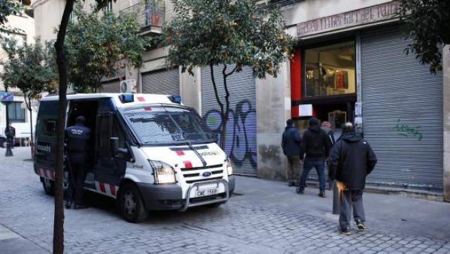 Un furgón de los Mossos d'Esquadra ante el ateneo libertario de Sant Andreu, uno de los tres locales okupas de Barcelona que está siendo registrado en el marco de una operación contra el terrorismo anarquista.