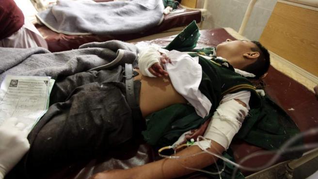 Un estudiante, herido en el ataque talibán, recibe tratamiento médico en un hospital de Peshawar (Pakistán) tras el asalto insurgente contra una escuela militar.