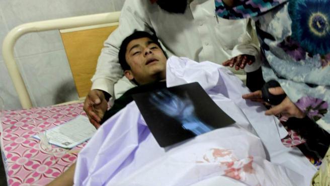 Un estudiante, herido en el ataque talibán, recibe tratamiento médico en un hospital de Peshawar (Pakistán)