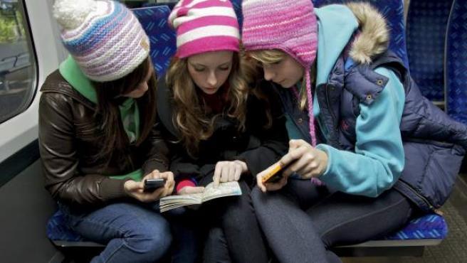 Grupo de tres amigas de viaje.