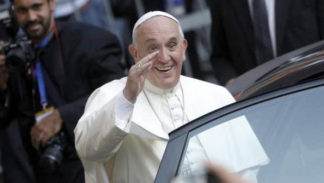 El papa Francisco sale de la Iglesia de Jesús en Roma.