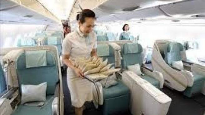 Una azafata comprueba que todo esté listo antes de que entren los pasajeros al avión.