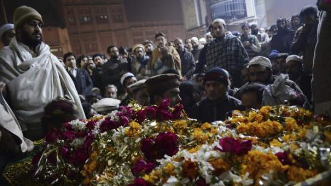 Varias personas asisten al funeral de uno de los estudiantes asesinados en el ataque talibán contra un colegio gestionado por el Ejército en la localidad paquistaní de Peshawar.