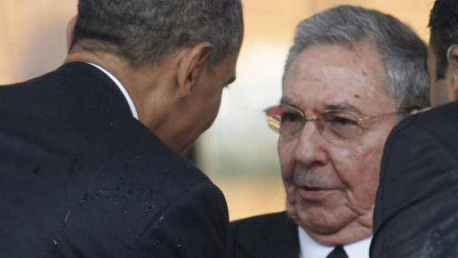 Foto de archivo, fechada en Johannesburgo (Sudáfrica) el 10 de diciembre de 2013, del presidente estadounidense, Barack Obama (i), saludando a su homólogo cubano, Raúl Castro.