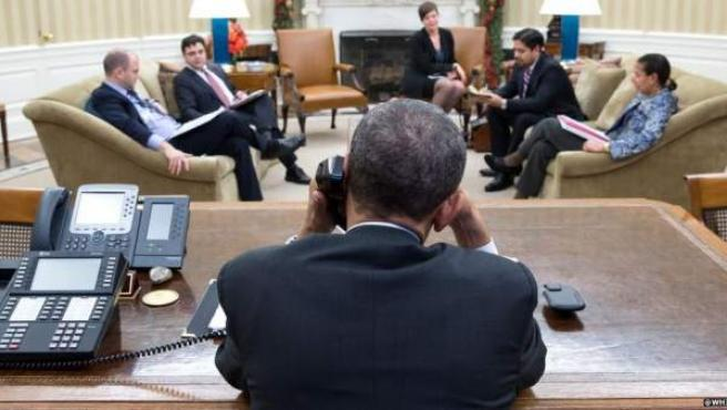 El presidente de EE UU, Barack Obama, habla por teléfono con Raúl Castro para cerrar el acuerdo de diálogo entre ambos países.