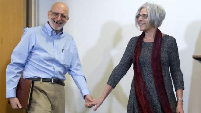 El contratista estadounidense Alan Gross (i) se dispone a comparecer ante la prensa acompañado por su esposa, Judy Gross