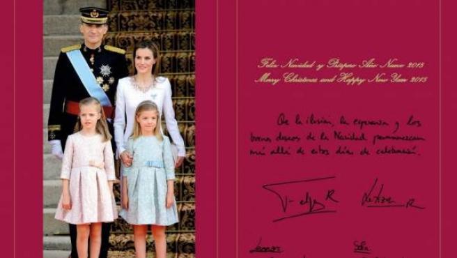 Fotografía facilitada por la página web de la Casa Real, del interior de la primera felicitación navideña de los Reyes, don Felipe y doña Letizia, que han elegido una imagen captada el día de la proclamación del rey Felipe VI.