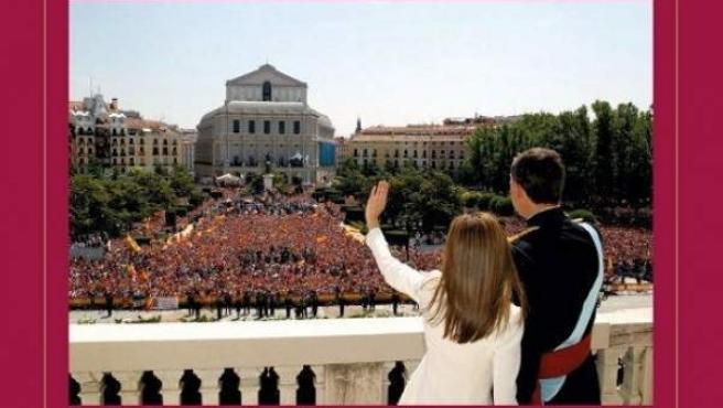 Fotografía facilitada por la página web de la Casa Real, de la portada de la felicitación navideña de los Reyes, don Felipe y doña Letizia, que han elegido una imagen de su saludo al pueblo de Madrid desde el balcón del Palacio de Oriente.