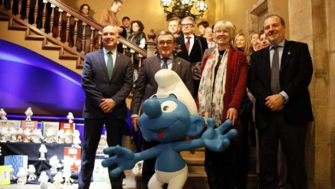 De izquierda a derecha: Rafael Peris, Àngel Ros, alcalde de Lleida, Veronique Culliford, y Joan Ramon Zaballos, junto a un pitufo gigante en la entrada del Ajuntament de Lleida. Véronique Culliford es la hija de Pierre Culliford Peyo, el creador de los pitufos.