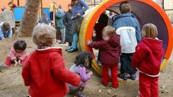 Imagen de archivo de unos niños jugando en un parque infantil.
